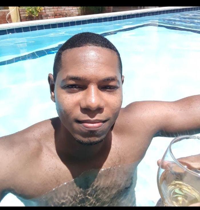 Um Viado é flagrado tomando banho na piscina