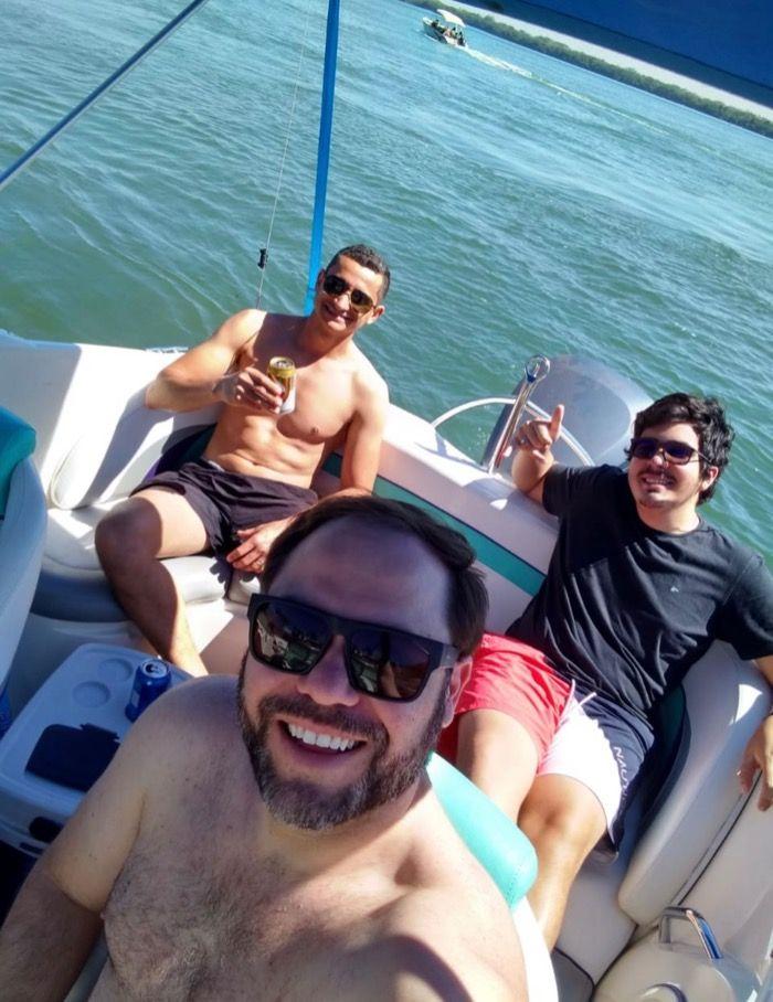 Carlos Bolsonaro curte dia de lancha com seus amigos boyolas